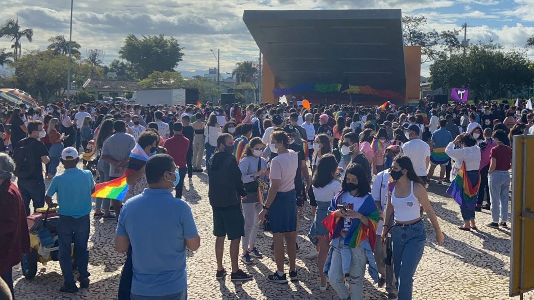 Manifestantes LGBTQIA+ fazem protesto contra prefeito Clésio Salvaro em Criciúma